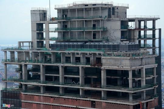 Tuy hoàn thành khoảng 80% hạng mục, được cất nóc từ lâu nhưng toà nhà này vẫn dở dang hơn 4 năm nay. Các hạng mục còn dang dở cần được hoàn thiện như lắp kính bên ngoài tòa nhà, hệ thống vách ngăn, lát sàn, cơ điện...