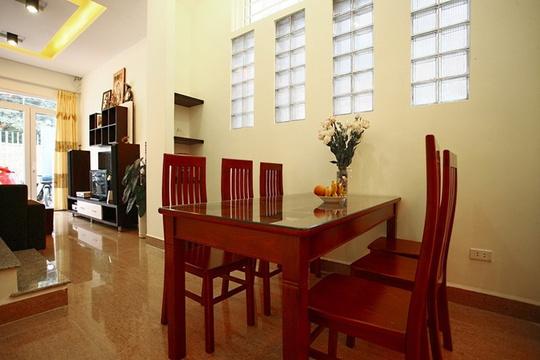 Không gian tầng một được mở thoáng từ trước ra sau với điểm kết nối là bàn ăn nằm giữa khu vực bếp và phòng khách.