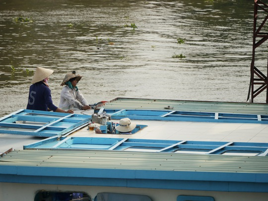 Vào những ngày gặp con nước lớn, chủ thuyền luôn phải thấp thỏm chờ đợi, mỏi mòn tính toán đủ cách để vượt cầu.