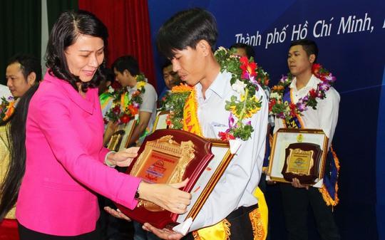 Bà Nguyễn Thị Thu, Chủ tịch LĐLĐ TP HCM, trao giải Bàn tay vàng cho thí sinh Lê Trường Sơn, công nhân Công ty TNHH XNK Hoàng Phi Quân