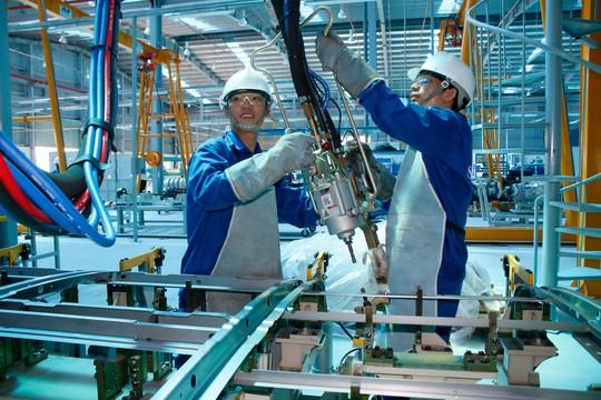 Công nhân Nhà máy Ô tô thương mại SAMCO nỗ lực tiếp cận công nghệ sản xuất hiện đại