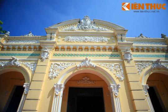 Bên ngoài ngôi nhà được xây dựng theo kiểu nhà hộp trang trí hoa văn theo lối kiến trúc của người phương Tây nhưng bên trong có kiến trúc theo kiểu nhà cổ Việt Nam.