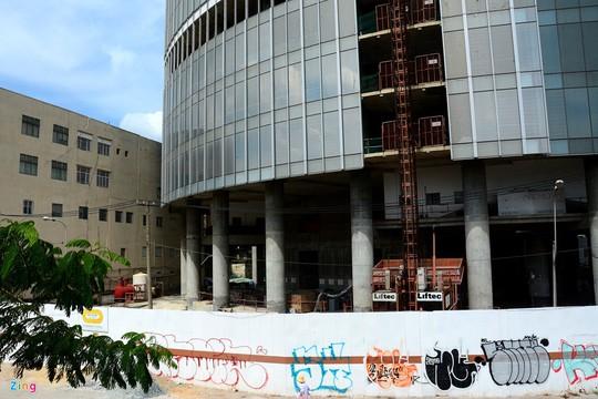 Bên ngoài toà nhà, hàng rào vây kín, trở thành nơi vẽ nghệ thuật graffiti.