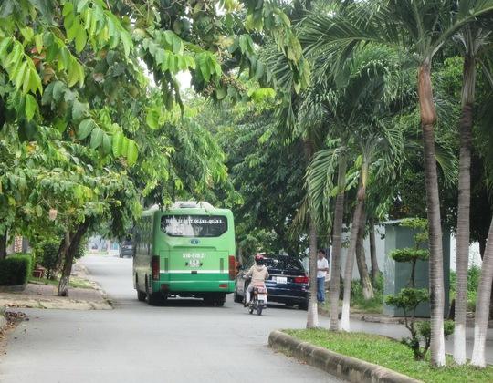 Xe buýt số 35 lưu thông trên tuyến đường nội bộ trong khu dân cư Fideco-14 Thảo Điền