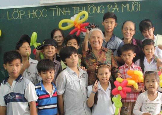 Bà Lữ Thị Lệ Nương và nhóm trẻ trong lớp học tình thương bà Mười
