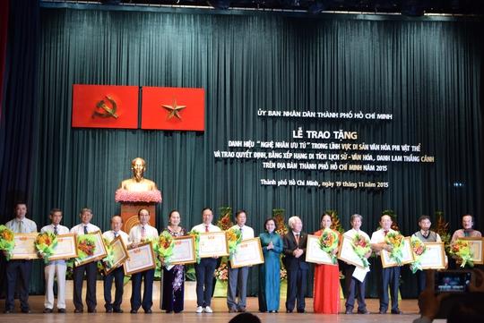Các nghệ nhân tại TP HCM nhận bằng danh hiệu Nghệ nhân Ưu tú trong sáng 19-11 Ảnh: HÒA BÌNH