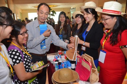 Các doanh nhân trao đổi thông tin tại một hội nghị về xuất khẩu ở TP HCM Ảnh: Tấn Thạnh