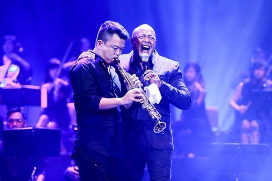 Danh ca Peabo và nhạc sĩ Hồng Kiên cùng trình diễn trong đêm nhạc của ông tại Hà Nội Ảnh: Hải B