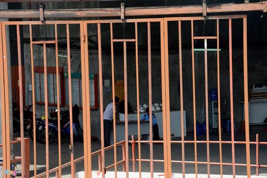 Bên trong chỉ có bảo vệ và một số người của nhà thầu trông coi tài sản.