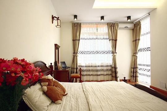 Căn phòng hạnh phúc của chủ nhân luôn chan hòa ánh sáng. Các đồ nội thất được sử dụng lại ở ngôi nhà cũ được cân nhắc hài hoà với không gian mới.