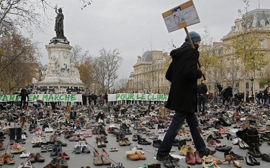 Nhiều người còn để lại thông điệp trên giày. Ảnh: AP