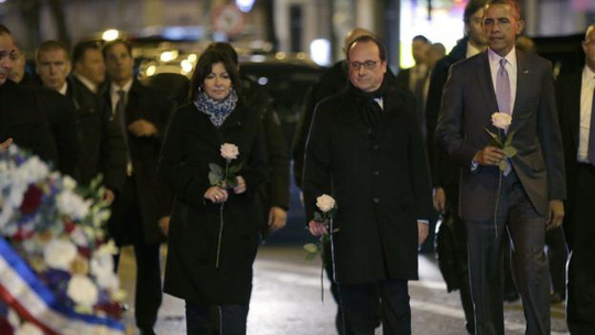Đi cùng với Tổng thống Obama (bìa phải) là Tổng thống Pháp Francois Hollande (giữa) và Thị trưởng thủ đô Paris Anne Hidalgo. Ảnh: EPA