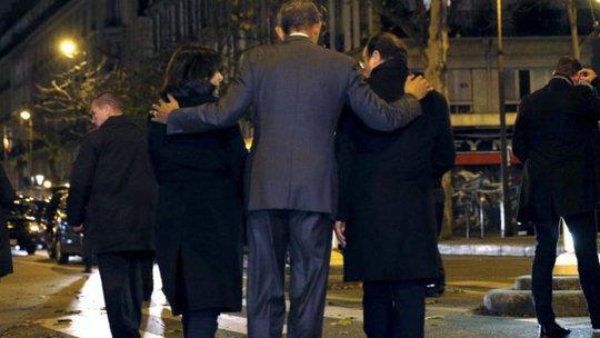 Ông Obama đặt tay sau vai Tổng thống Pháp Francois Hollande và Thị trưởng thủ đô Paris Anne Hidalgo. Ảnh: Reuters