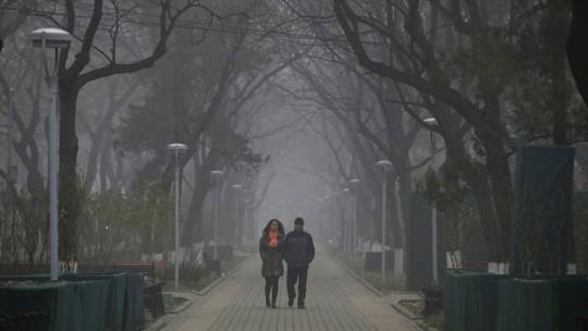 Người dân đi dạo cũng phải đeo khẩu trang. Ảnh: Reuters