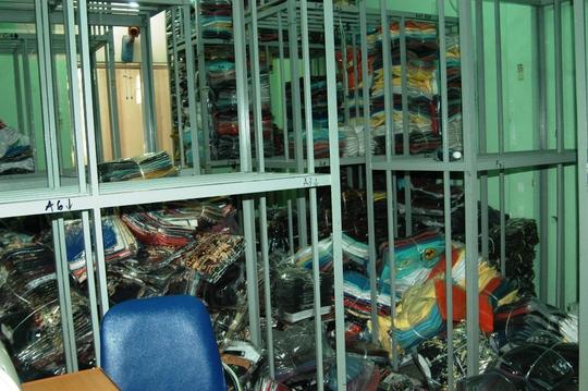 Hàng ngàn sản phẩm giả đã hoàn thiện chuẩn bị xuất xưởng thì bị lực lượng chức năng bắt giữ.