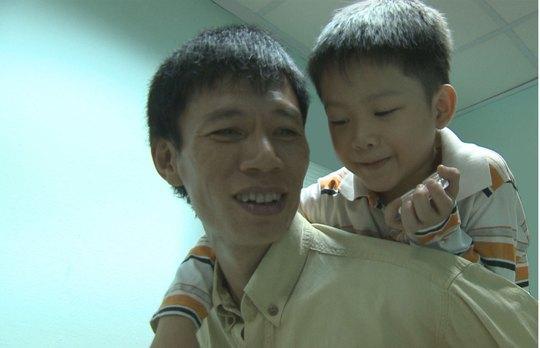 """Đạo diễn Đặng Hồng Giang với nhân vật chính trong phim """"Lửa Thiện Nhân"""" Ảnh: GIANG ĐẶNG"""