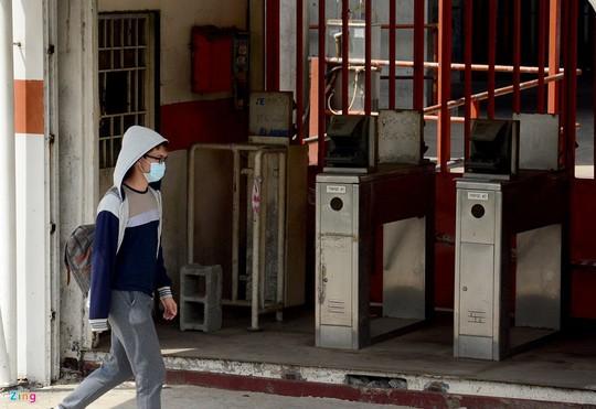 Cổng ra vào làm việc của công nhân đóng cửa, hệ thống kiểm tra phủ đầy bụi.
