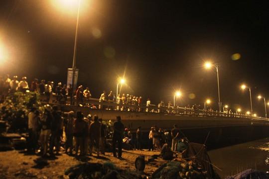 Người dân tụ tập tìm kiếm nạn nhân trong đêm 6-11