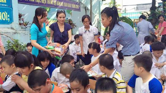 NSƯT Thanh Ngân trao quà giáng sinh cho học sinh khuyết tật sáng 24-12-2015