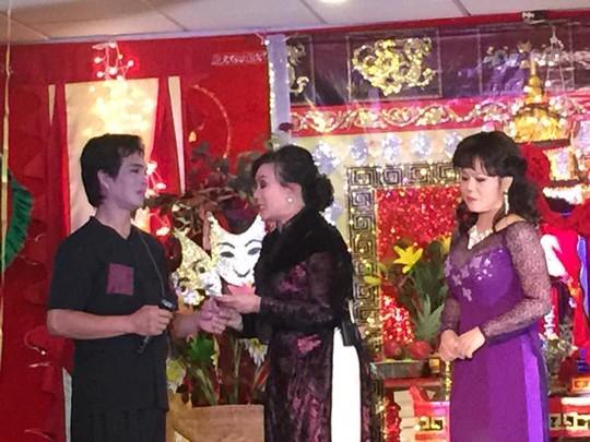 Kim Phụng và các đồng nghiệp biểu diễn văn nghệ mừng ngày giỗ Tổ sân khấu tại Mỹ