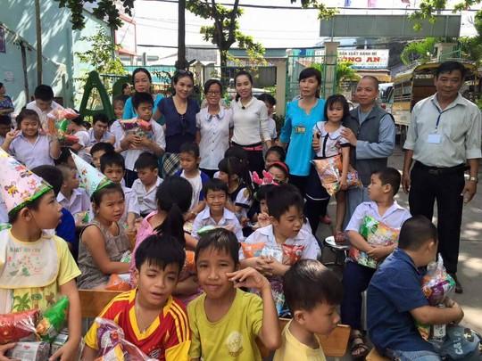 NSƯT Thanh Ngân chụp ảnh với trẻ em khuyết tật và các thầy cô nuôi dưỡng các em