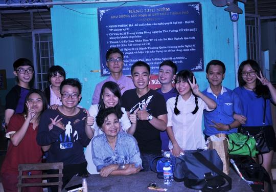 Nghệ sĩ Xuân Hương và các diễn viên trẻ tham gia chương trình Đêm hội trăng rằm