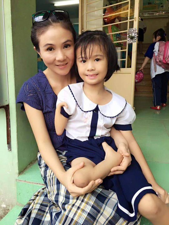 NSƯT Thanh Ngân và một em học sinh khuyết tật
