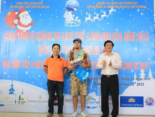 Ông Trần Sơn Hải (phải), Phó Chủ tịch UBND tỉnh Khánh Hòa, chào mừng du khách thứ 4 triệu đến Nha Trang - Khánh Hòa
