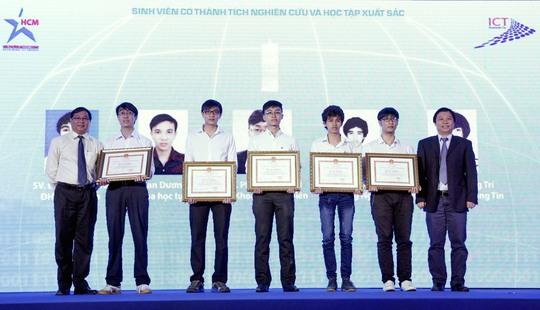 5 sinh viên ngành CNTT - TT có thành tích học tập, nghiên cứu xuất sắc được UBND TP HCM trao tặng bằng khen.