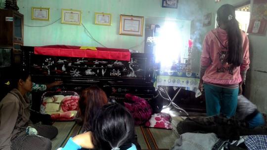 Bên quan tài, mẹ trung úy Nay Plong khóc ngất vì đau đớn.