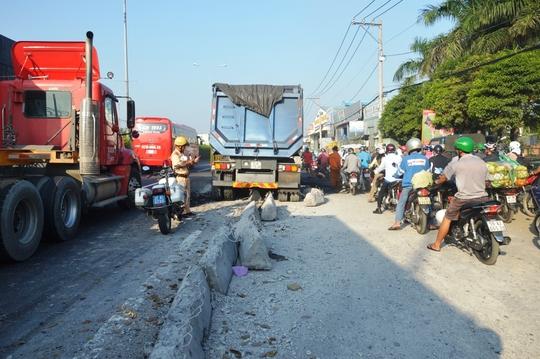 Phóng nhanh, tài xế lại trong tình trạng ngủ gật, chiếc xe tải mất lái tông hơn 40m dải phân cách giữa đường