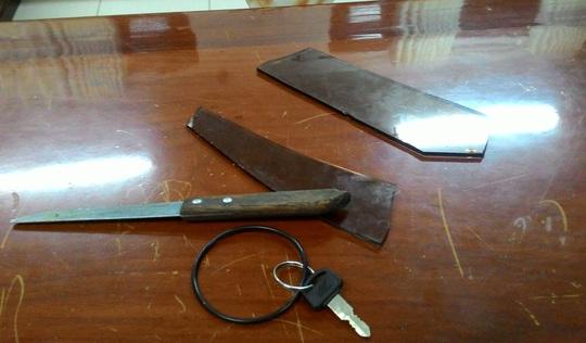 Con dao và 2 mảnh kính mà vợ chồng Tín dùng để khống chế con tin. Ảnh: Cơ quan điều tra cung cấp