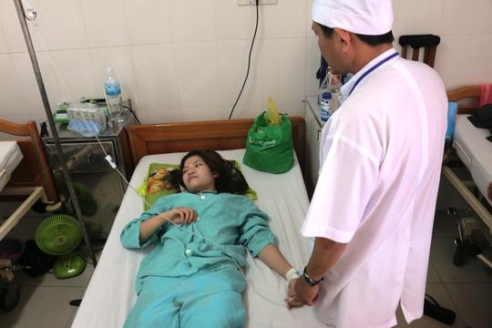Một công nhân bị ngộ độc đang được theo dõi điều trị tại Bệnh viện Đa khoa tỉnh Khánh Hòa