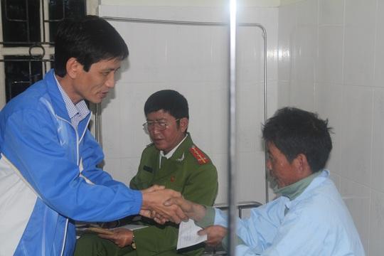 Đại diện chủ đầu tư trao quà thăm hỏi các nạn nhân bị thương điều trị tại bệnh viện