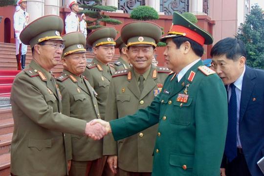 Bộ trưởng Phùng Quang Thanh bắt tay thành viên đoàn đại biểu quân sự cấp cao Bộ Các lực lượng vũ trang nhân dân Triều Tiên