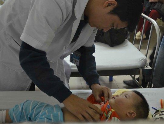 Các bác sĩ đang điều trị cho bé Phương Anh tại bệnh viện