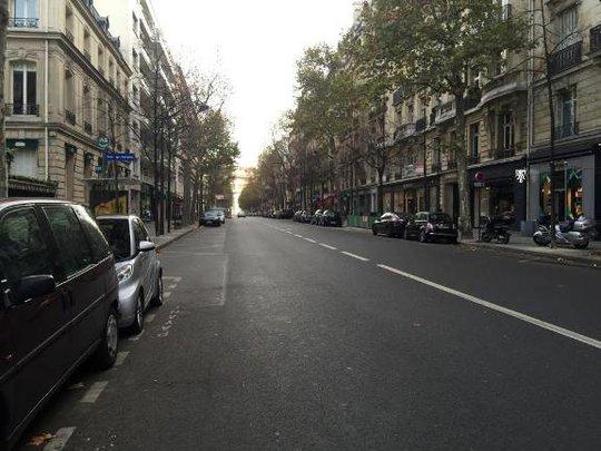 Đại lộ Victor Hugo dẫn thẳng ra Khải hoàn môn (ở cuối đường) vắng vẻ không một bóng người - Ảnh: Hồng Linh