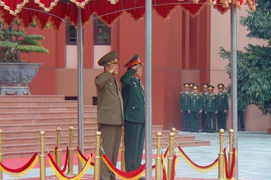 Hai Bộ trưởng trong lễ cử hành Quốc ca, chào cờ