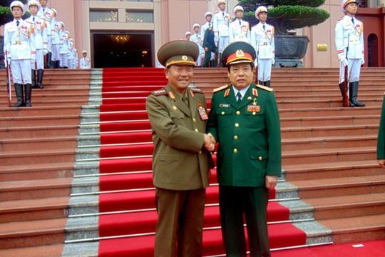 Bộ trưởng Quốc phòng, Đại tướng Phùng Quang Thanh đón Bộ trưởng Các lực lượng vũ trang nhân dân Triều Tiên, Đại tướng Pak Yong Sik