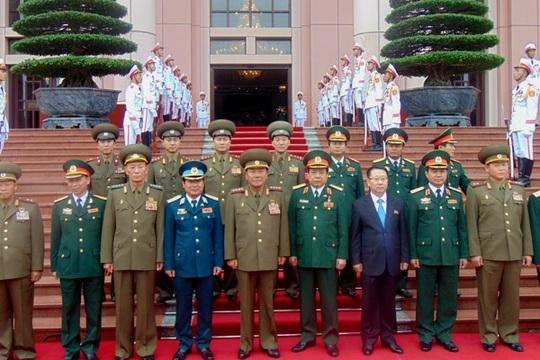 Hai đoàn đại biểu quân sự cấp cao chụp ảnh lưu niệm
