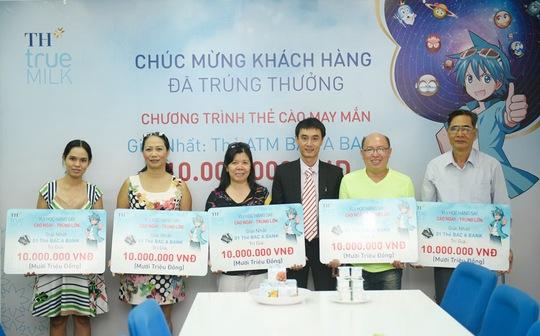 Ông Mai Nguyễn Huế - Giám đốc bán hàng Miền Nam trao giải cho các khách hàng may mắn tại TP HCM