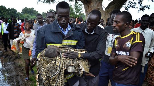 Bé gái sống sót thần kỳ trong tai nạn máy bay ở Nam Sudan. Ảnh: Anadolu