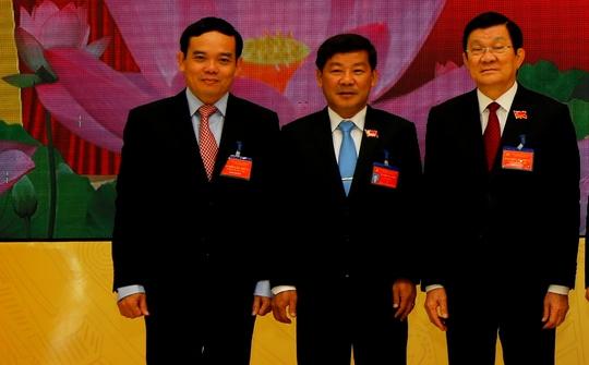 Ông Trần Thanh Liêm, Phó Chủ tịch thường trực UBND tỉnh Bình Dương (đứng giữa) là tân Phó Bí thư Tỉnh ủy Bình Dương