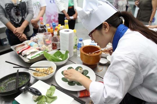 Thí sinh Nguyễn Thị Minh Ly đang chuẩn bị món bánh ít trần nhân tôm thịt/đậu xanh
