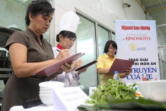 Nghệ sĩ Xuân Hương cùng hai giám khảo tiến hành chấm điểm