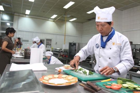 Thí sinh Nguyễn Thanh Dũng chuẩn bị trang trí món cơm chiên