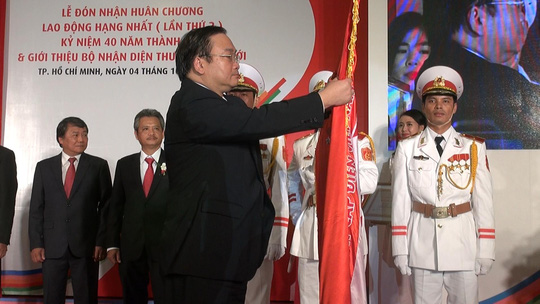 Phó Thủ tướng Hoàng Trung Hải trao Huân chương Lao động hạng 1 (lần 2) cho CADIVI. Ảnh: Tấn Nguyên