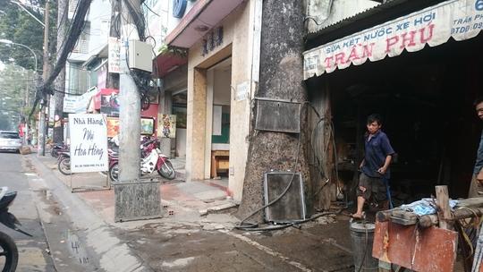 Cây xanh bị bịt kín gốc để lấy mặt bằng kinh doanh trên đường Trần Phú, quận 5, TP HCM