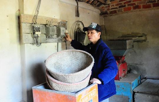 Ông Nguyễn Thanh Chấn khởi động lại chiếc máy xát gạo tại nhà, đã để hơn 10 năm