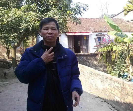 Ông Chấn trước nhà mình